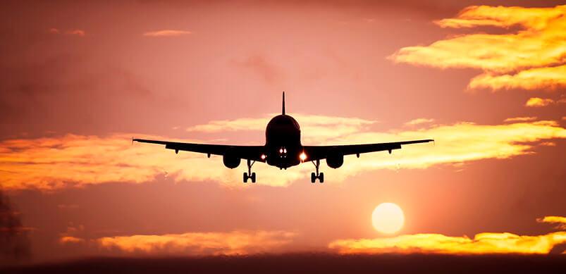 Aereo in volo con tramonto