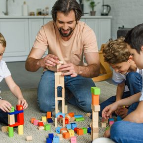 Padre con figli che giocano