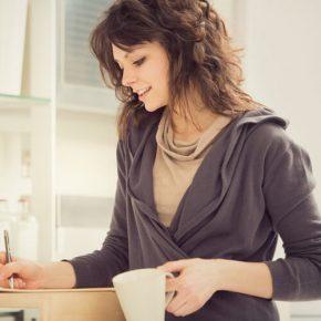 donna che beve un te