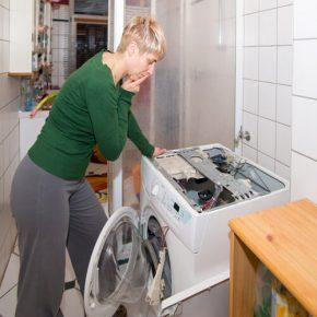 donna con elettrodomestico rotto