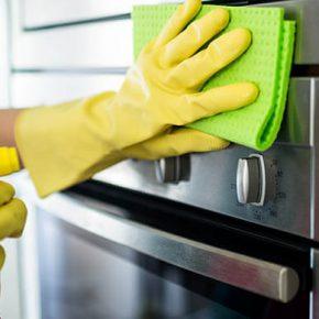 Oggetti che non sapevi potessero aiutare a pulire il forno